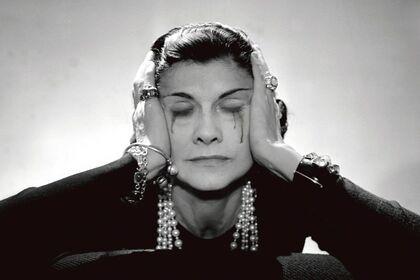 Femmes au bord de la crise de guerre by Yves Hayat
