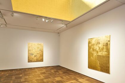 Stefan Brüggemann . UNTITLED ACTION (GOLD PAINTINGS)