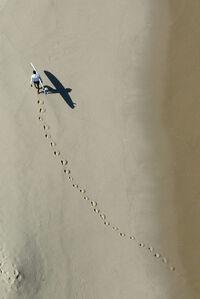Surfista a caminho do mar