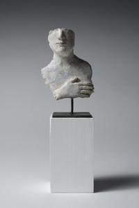 Fragment de buste d'homme avec main