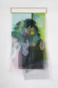 Pablo detrás de las flores