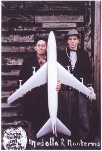 David Medalla e Adam Nankervis in front of the Mayflower Barn at the Seer Green & Jordana, Buckinhamshire, England, 1994