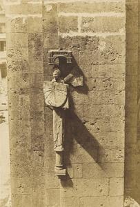 Ange Portant un Cadran Solaire, à l'Eglise de Chartres