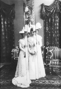Hofdamen (Erzherzogin Marie Henriette & die Schwestern Marie Alice, Isabella Maria Anna und Maria Christine 1908)