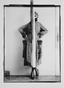 Dame in einem Mantel mit Pelzbesatz (d'Ora-Benda Serie – Wiener Werkstätte)