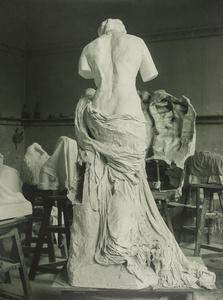 La Muse Whistler dans l'atelier du Dépôt de marbres (La Muse Whistler in the Dépôt des marbres studio)