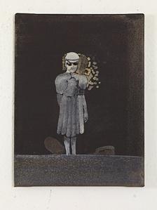 Frau mit Faltenrock