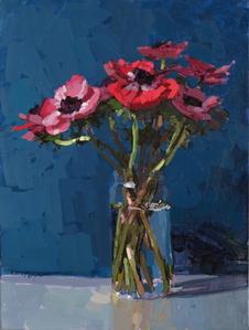 Anémones rouges et roses, fond bleu