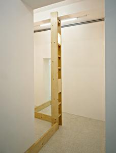 Due o tre strutture che s'aggancino a una stanza per sostenere un boomerang politico