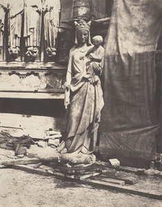 Vierge a l'enfant par Geoffroy-Dechaume, dans le chantier de construction à Notre-Dame, Paris (Statue of the Virgin and Child by Geoffroy-Dechaume, in the construction site at Notre Dame, Paris)