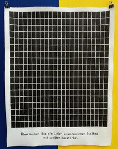 Übermalen Sie die Linien eines karierten Blattes mit weißer Deckfarbe