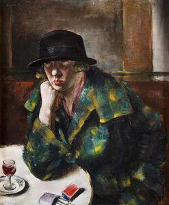 Femme assise dans un café