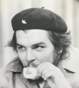 Che Sipping Coffee