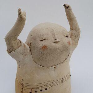 Chopant quelques notes au gré de la partition - With Score on the Belly