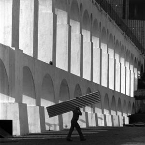 Arcos da Lapa com homem carregando uma telha
