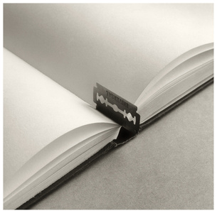 Untitled (Libro-Cuchilla)