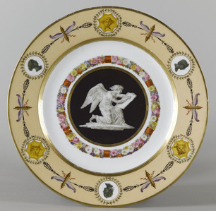 "Trois assiettes du service « fond nankin à figures » : L'Histoire (Three plates (part of service) ""fond nankin with figures:"" History)"
