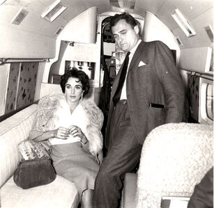 Liz Taylor and Mike Todd on the plane leaving for USA. Mike Todd will die after a while crashing on the same plane