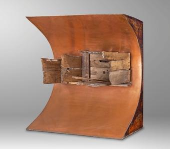 Objeto de cobre y maderas viejas