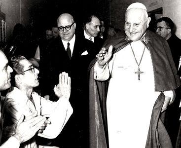 Pope John XXIII visiting Regina Coeli prison. It's the first time a Pope visits a prison