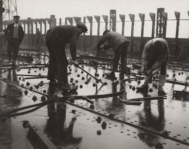 Construction des grands paquebots. Rivetage de tôles d'un pont de navire, chantier et ateliers de Saint-Nazaire à Penhoët