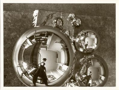 L'Atelier se reflétant dans la boule (autoportrait dans l'atelier Bauhaus à Dessau)
