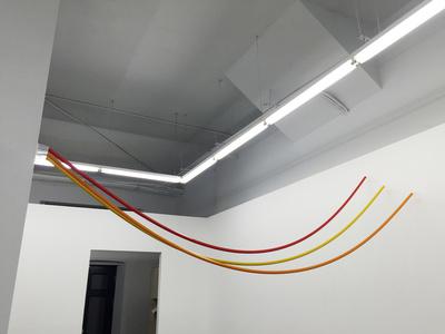 Seis vasos atrancados por tubos de colores