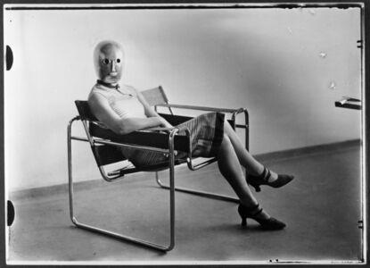 Scène du Bauhaus : Inconnue au masque dans un fauteuil tubulaire de Marcel Breuer portant un masque de Oskar Schlemmer