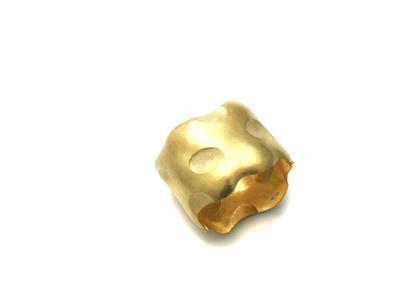 In Ton gedrückt, in Gold geklopft, ein Arm geschmückt