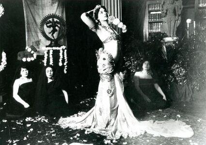 Mata Hari dancing in the library of the Musée Guimet