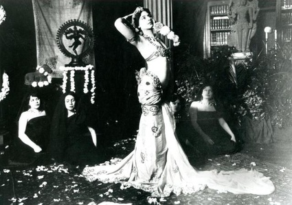 Mata Hari dancing in the library of the Musée Guimet