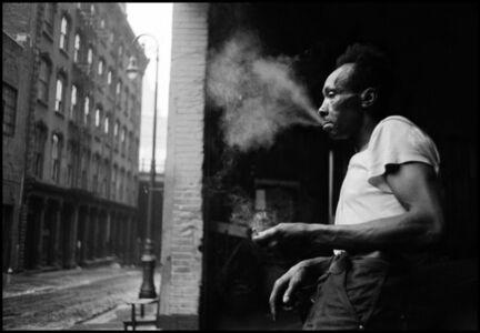 Man smoking under the Brooklyn Bridge. New York, USA.