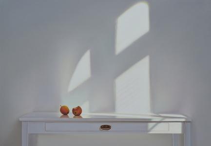 Tisch mit Äpfeln und Schatten