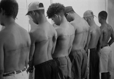 Linea de 250 cm tatuada sobre 6 personas remuneradas