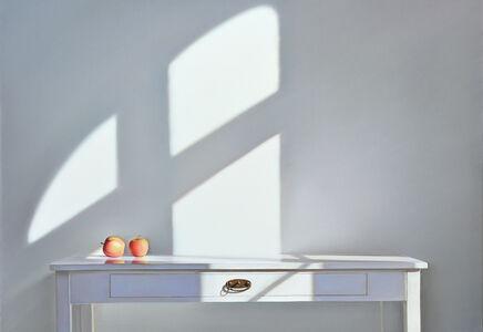 Tisch mit zwei Äpfeln im Licht