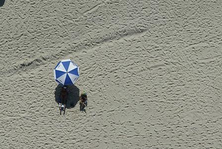 Estar na praia azul e branco