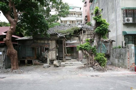 Removing the outside wall of a ruined house, Quidongstreet Taipei