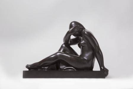 Femme assise tête dans le bras