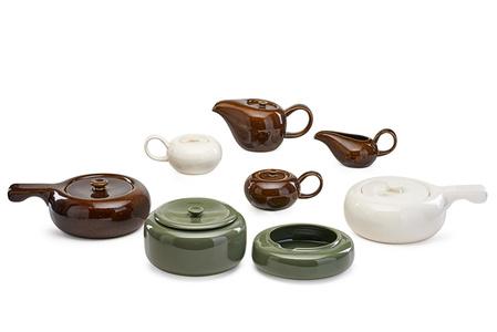 Sixteen pieces of American Modern dinnerware