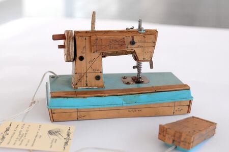 La Necesidad de Jugar II (Sewing Machine)