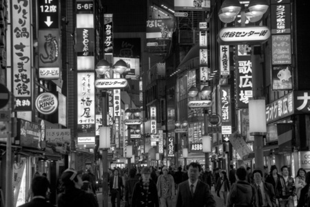 Rua com luminosos em Tóquio