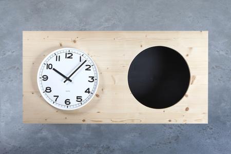 Holzobjekt mit Uhr