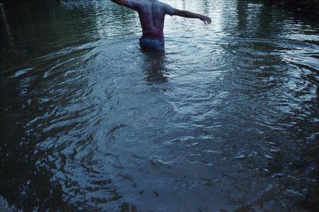 Entre caminando, la ropa pesaba mojada, intente flotar boca abajo. Coqueteando con la idea de flotar vestido, como si fuera una escena de un crimen.