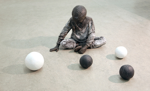 Play Game (Child sitting with 4 spheres)