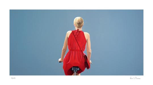 o.T. (Radfahrerin in rotem Kleid, Blau)