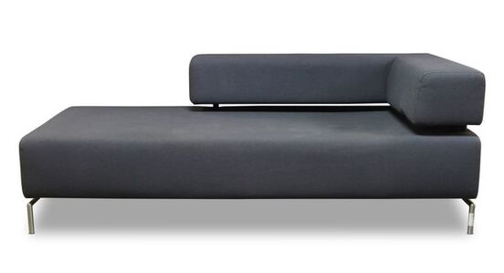 a grey upholstered sofa / Chaise longue