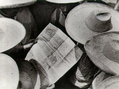 "Tina Modotti, 'Campesinos leyendo ""El Machete""', 1929"