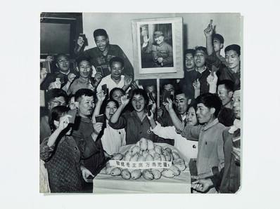 'Photograph of members of Worker-Peasant Mao Zedong Thought Propaganda Team at Tsinghua University cheering gift of mangos'