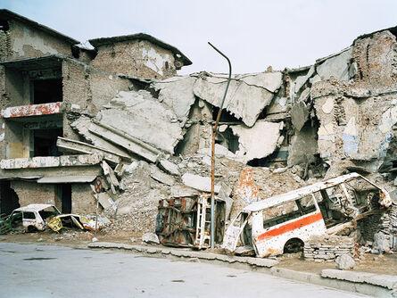 Lukas Einsele, 'Zerstörte Autos vor zerstörten Gebäuden', 2002