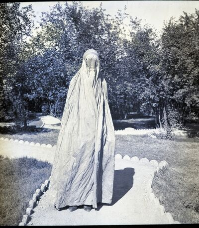 Ria Hackin, 'Kaboul, voile afghan pour les femmes porté dans la rue pendant leur passage sur la voie publique (tchadri) l'enveloppe, tissus de coton coloré (gris-violet ou blanc), la calotte est entièrement brodée main, et la partie qui cache le visage n'est fait qu'à Kandahar', ca. 1933